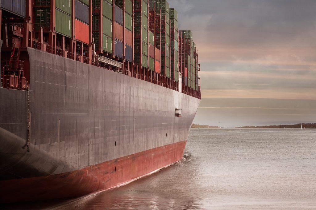 Ein Containerschiff auf dem Meer
