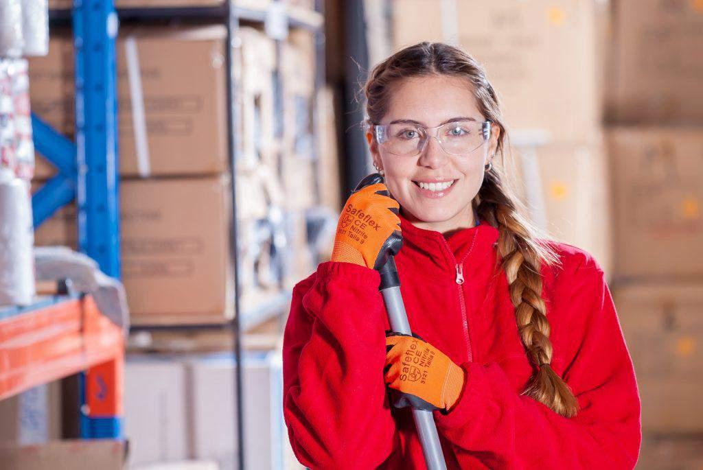 Ingeneurin lächelt bei der Arbeit in die Kamera
