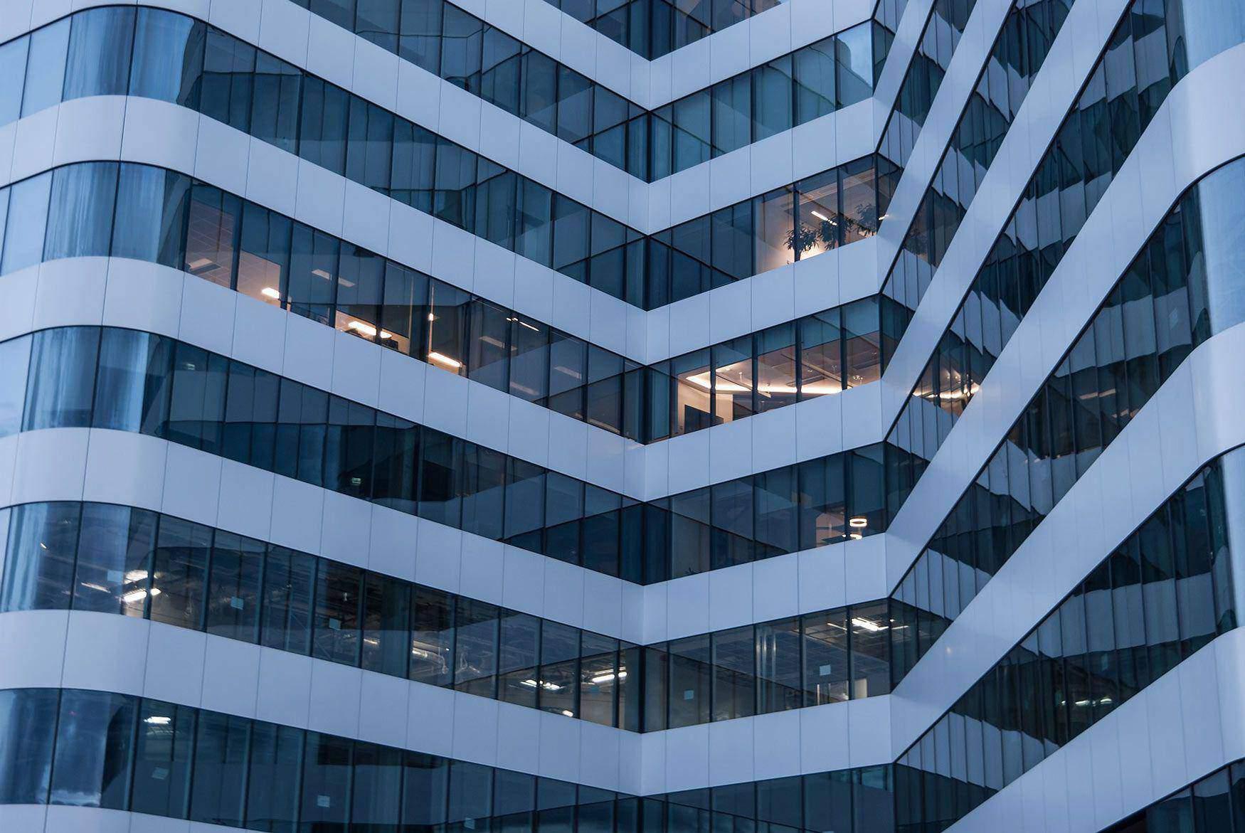 Ein großer Bürogebäudekomplex