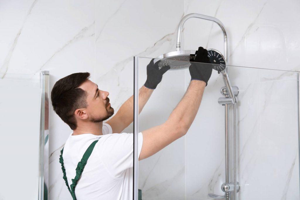 Handwerker bringt eine Dusche an